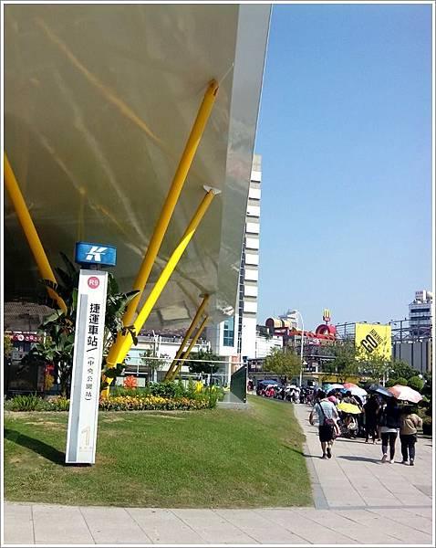 中央公園接駁車人潮.jpg