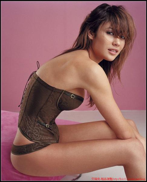 olga-kurylenko-lingerie-05.jpg