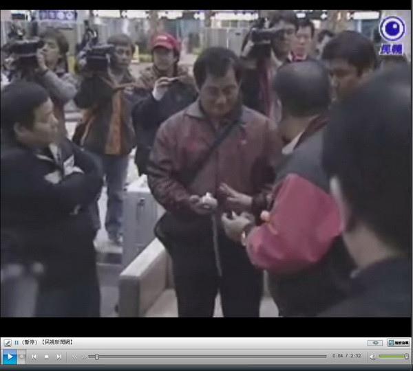 旅客好奇拍照,被黑衣人團團圍住,強制取下相機記憶卡-2009.04.01.jpg