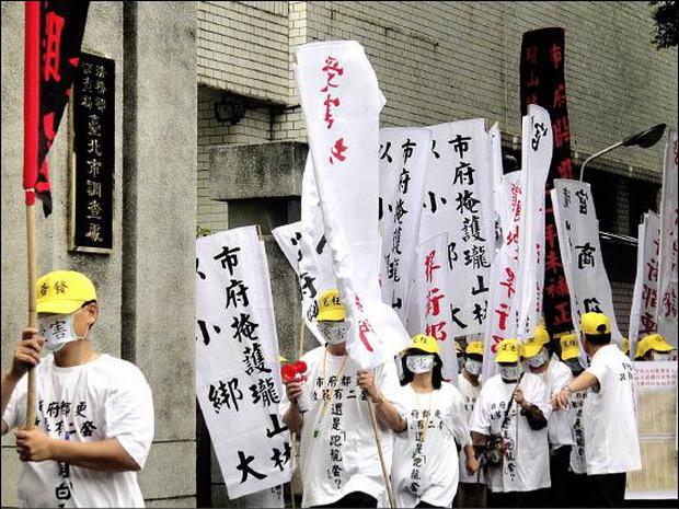 蒙面人抗議 瓏山林:永吉段都更案合法-2011.05.04-02.jpg