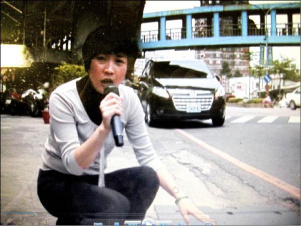 拍影帶質詢 蔡淑君有記者架勢-2011.05.04-02.jpg