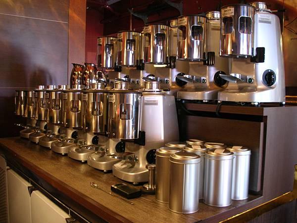 這個情景在咖啡館很少見吧(12台磨豆機).JPG