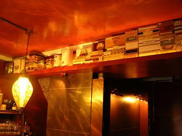 另一側牆台則是他的另一個愛人~雪茄~.JPG