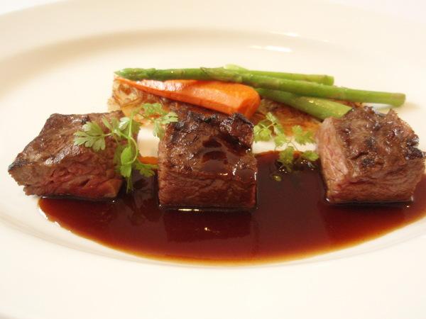♪烤牛小排配茵陳蒿紅蘿蔔蓉、奶油炒什錦蔬菜及牛肉汁2.JPG