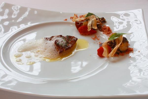 法國鮮煎鵝肝佐蕃茄沙拉與風乾鴨肉薄片 (2).JPG