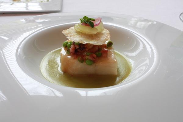 深海圓鱈佐青豆酸葡萄醬汁, 馬鈴薯酥片與鱈魚白子 (2).JPG