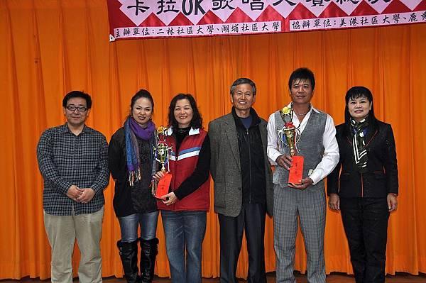 社青組第二名得獎者(左三洪熙博(代)、右二吳憲宏)