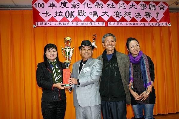 長青組冠軍-二林社區大學許宋同學(左二)