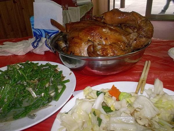 照門休閒農業區 九芎湖劉家莊燜雞 烤全雞(一隻600元可不便宜) 過貓 炒高麗菜