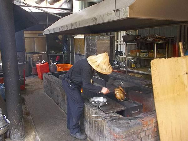 照門休閒農業區 九芎湖劉家莊燜雞 原來是用這種爐來烤雞