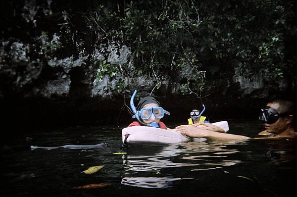 帛琉之旅 古代沉船處 隨行之導遊助手幫忙教小兒浮潛