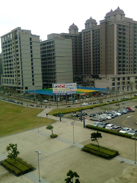 站在竹北高鐵站北上月台, 9-12車廂候車處往後看, 就可以看到這個停車場了.