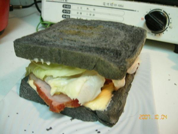 自己做的培根起司三明治