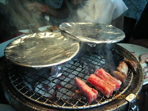 鐵盆裝的蛤蜊絲瓜和針菇