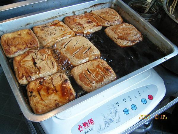 好茶坊對面的滷味攤~~推滷臭豆腐
