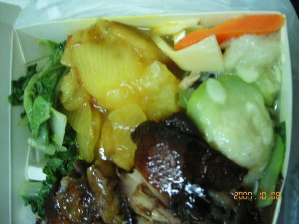 配菜有咖哩、炒小白菜和炒絲瓜