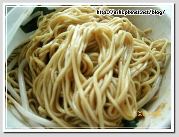 麵條是陽春麵,也就是南部人常吃的白麵