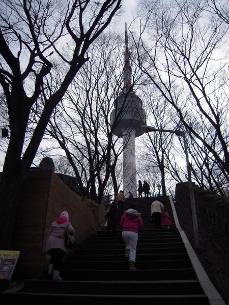 首爾塔就在樓梯盡頭迎接呢