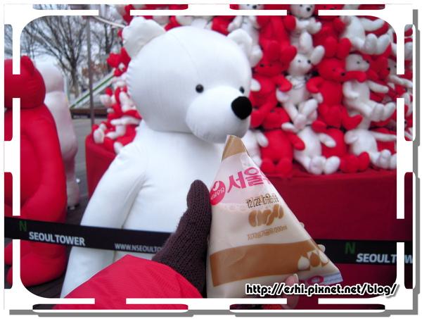 給小白熊喝一口
