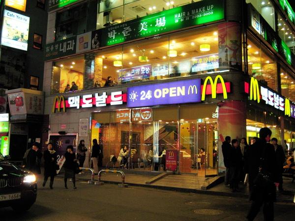 韓文的麥當勞進去巷子就可以看到