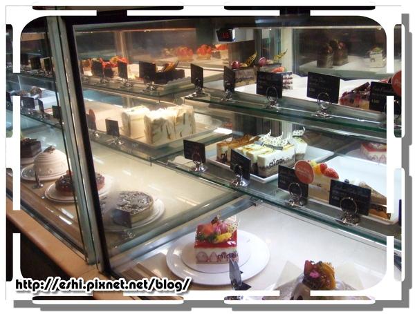 架上有很多種蛋糕