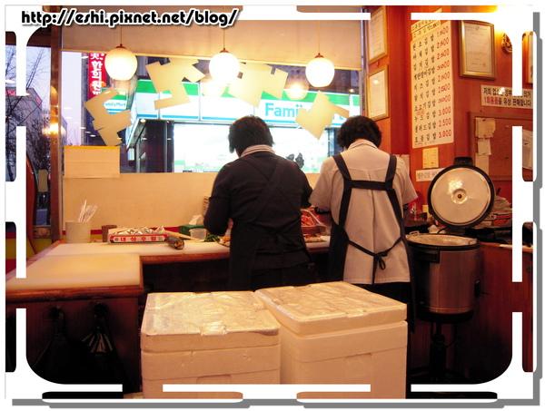 大嬸正在包壽司