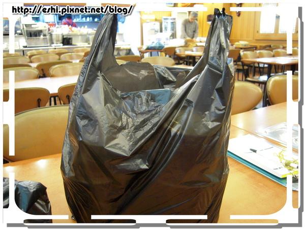 外帶是用黑色塑膠袋咧