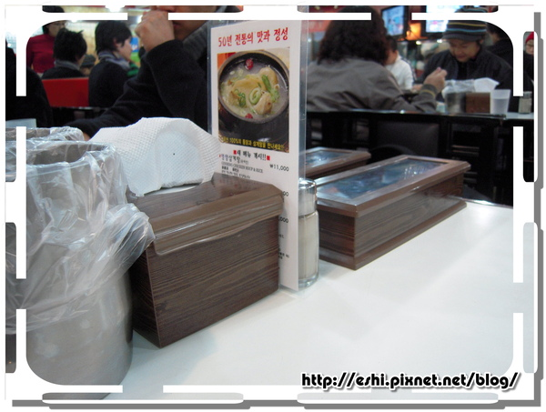 桌面都有的面紙、參具盒、菜單和垃圾筒