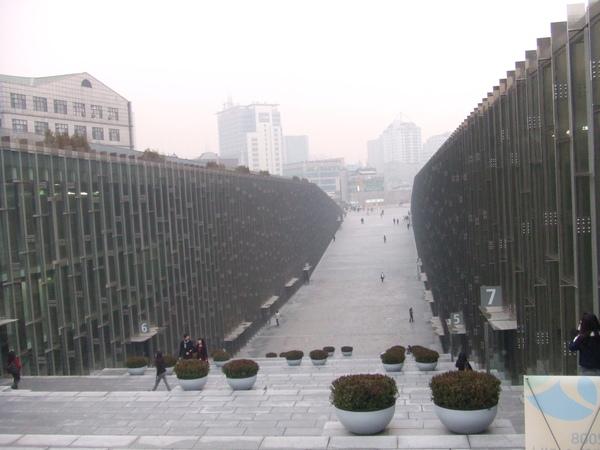 兼具散步、美觀與實用的綜合大樓
