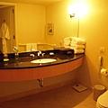 浴室洗手台很大