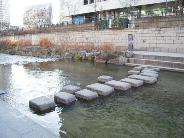 * 隨時可以渡溪的石頭 *