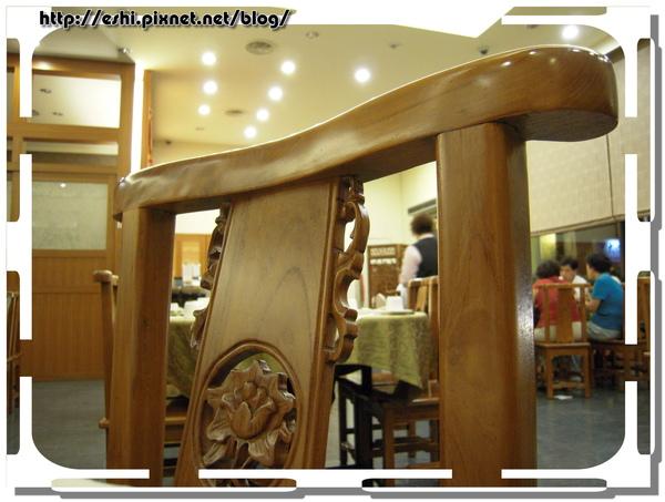 古色古香的雕花木椅