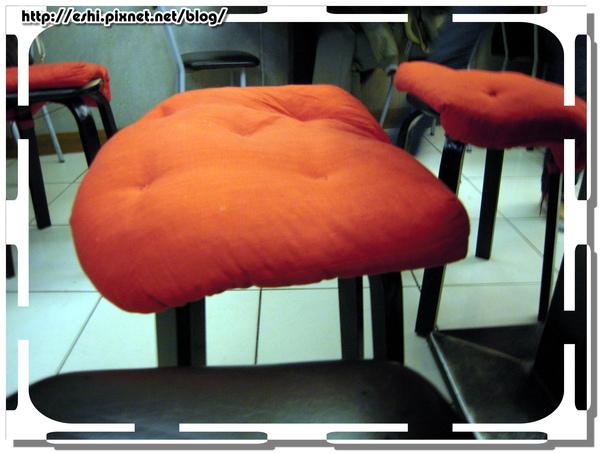 貼心的小橘紅坐墊