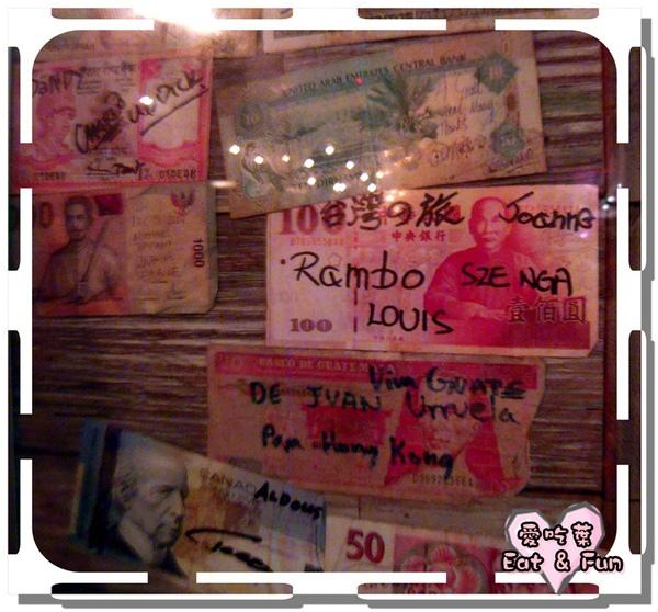 吧台有一面柱子貼滿各國的紙鈔