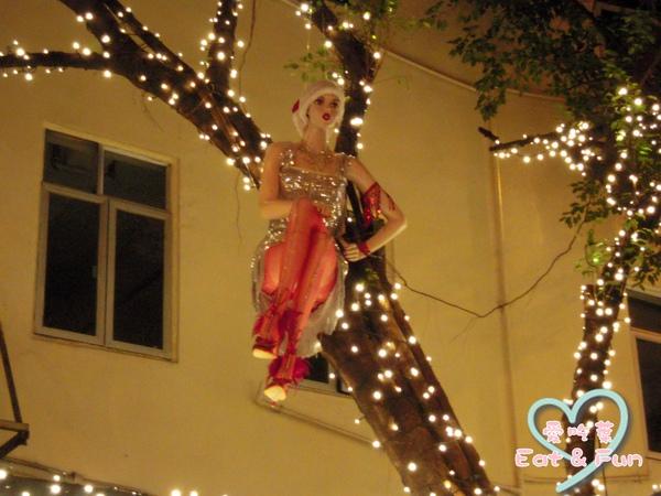 樹上坐了個假人咧