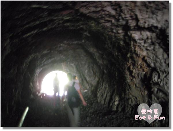 到了一半變成天然岩石隧道