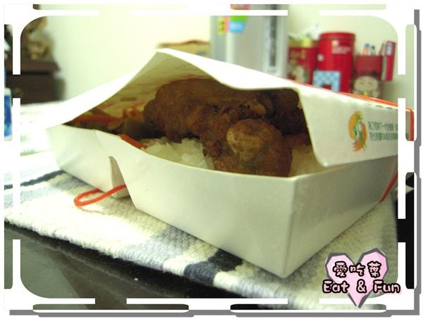 飯和雞腿把便當盒都撐開了