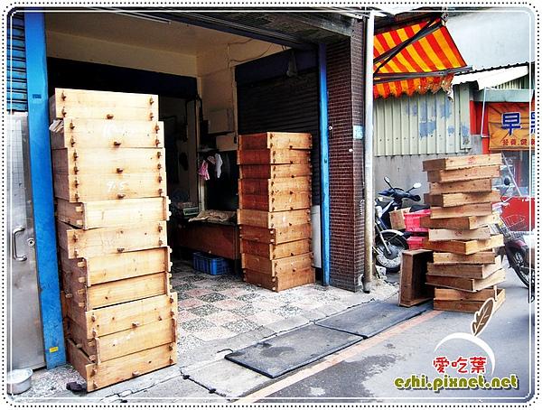 店外堆了一堆木箱的就是了