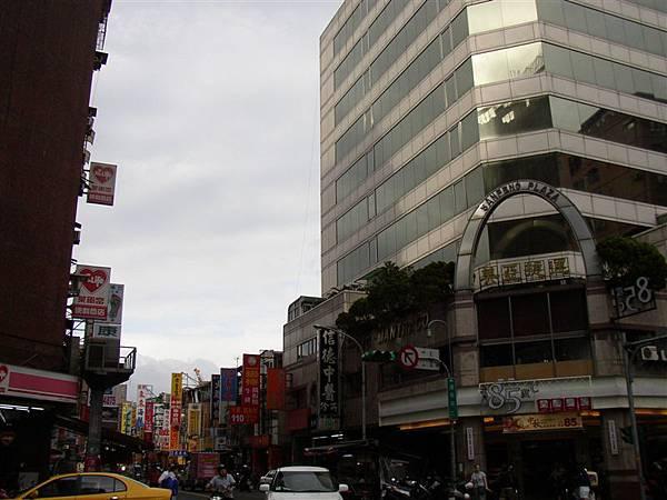 165.遼寧街夜市,旁邊的85度C咖啡館今年以前是九歌書局