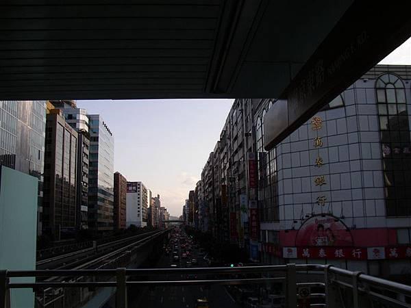 161.南京東路捷運站內,旁邊的銀行是開放新銀行後的指標建築