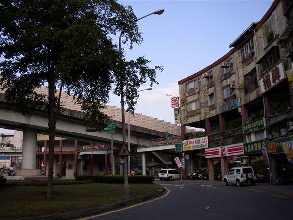 133.華江橋圓環邊的國宅彼此用天橋相聯形成的後現代畫面