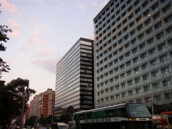 162.美麗華飯店早已改建為辦公大樓,微軟原在隔壁(TUEV還在同棟大樓)