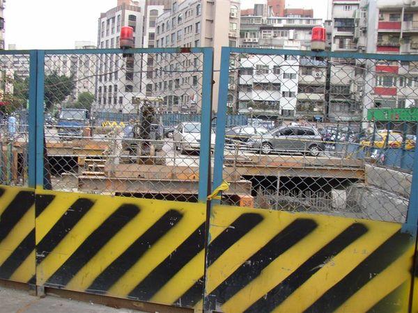 345.中興一號特種支線的廢鐵道停車場正進行立體化工程