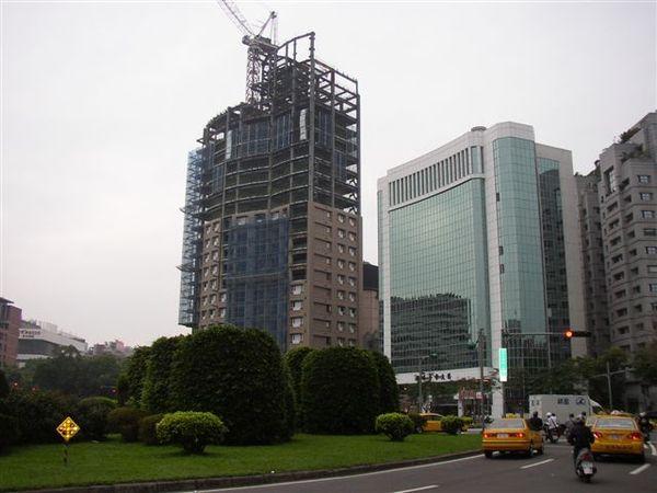 154.仁愛圓環東北側(環球大樓與施工中的潤泰豪宅)