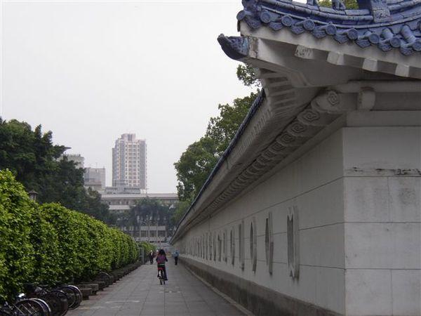 112.中正廟的牆,遠方為中正國中