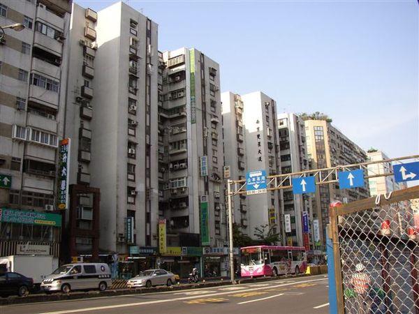 353.南京雙星是本市第一處交由民間改建的眷村