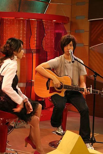 阿鑌帶著吉他來自彈自唱