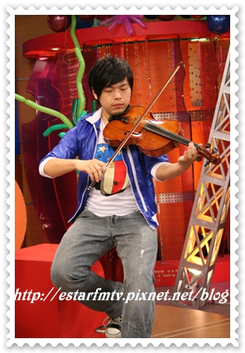 現場秀一段中提琴  有才華~~