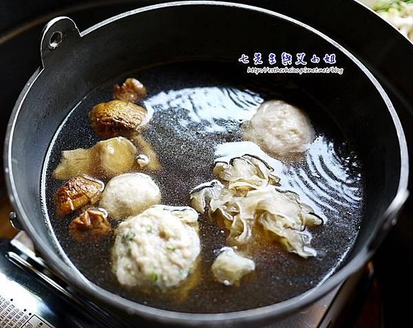9 百菇養生鍋底 蔥丸子超好吃