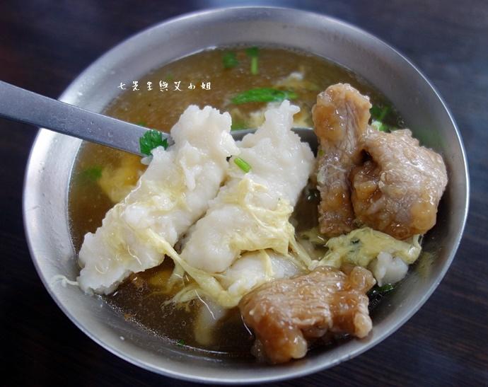 7 板橋黃石市場 蘿蔔糕芋粿糯米腸邱家三代祖傳肉羹現壓甘蔗汁.JPG